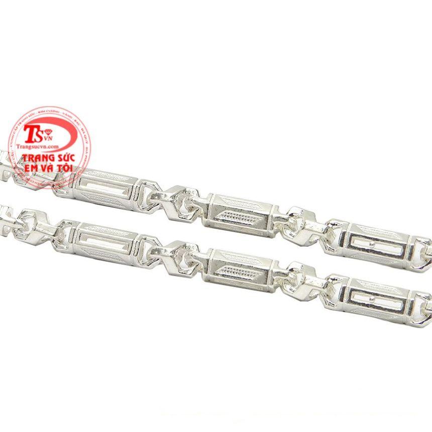Dây chuyền bạc không chỉ làm trang sức mà còn giúp cản gió và bảo vệ sức khỏe cho người đeo.